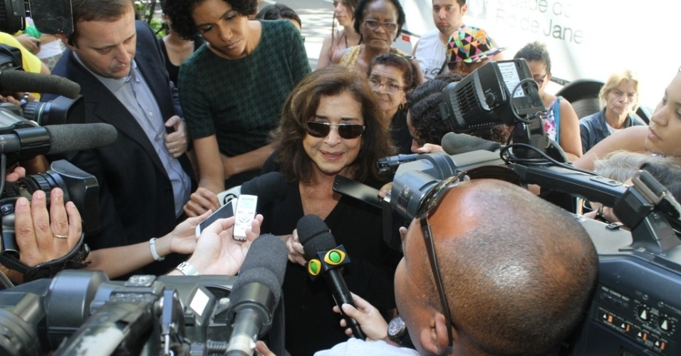 6.abr.2014 - Betty Faria comparece ao velório de José Wilker no Teatro Ipanema, no Rio de Janeiro