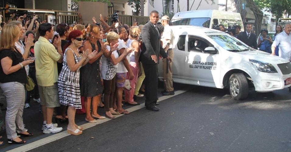 6.abr.2014 - Carro com caixão de José Wilker é aplaudido ao deixar o Teatro Ipanema na tarde deste domingo (6), no Rio de Janeiro