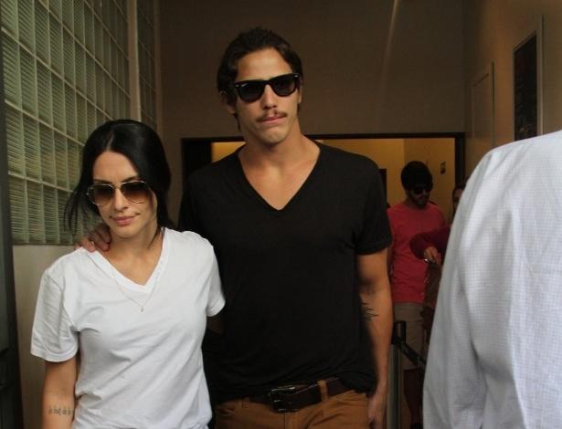 6.abr.2014 - Cléo Pires e Rômulo Neto comparecem ao velório de José Wilker no Teatro Ipanema, no Rio de Janeiro