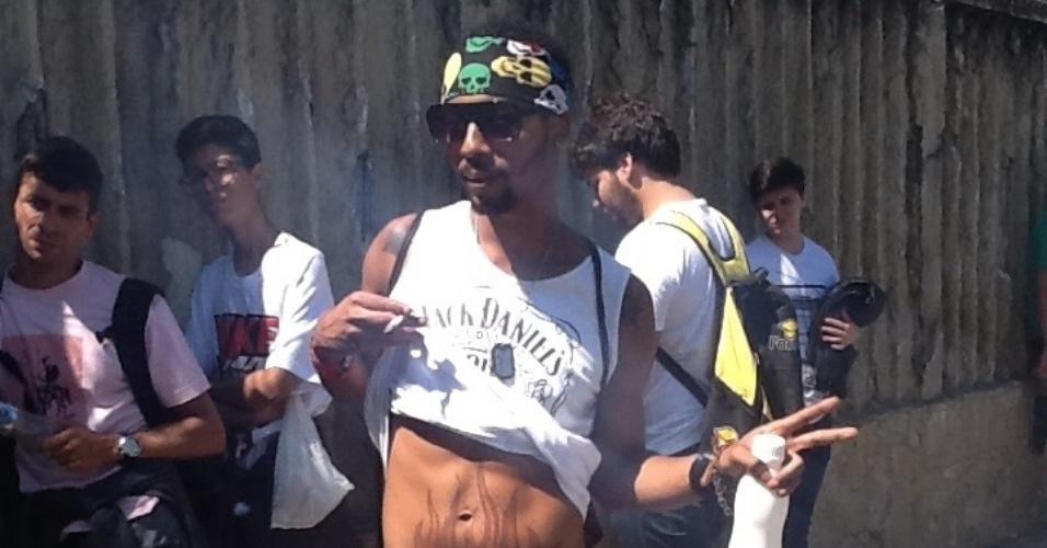 6.abr.2014 - Dançarino de pole dance estava desde cedo na fila do Lollapalooza