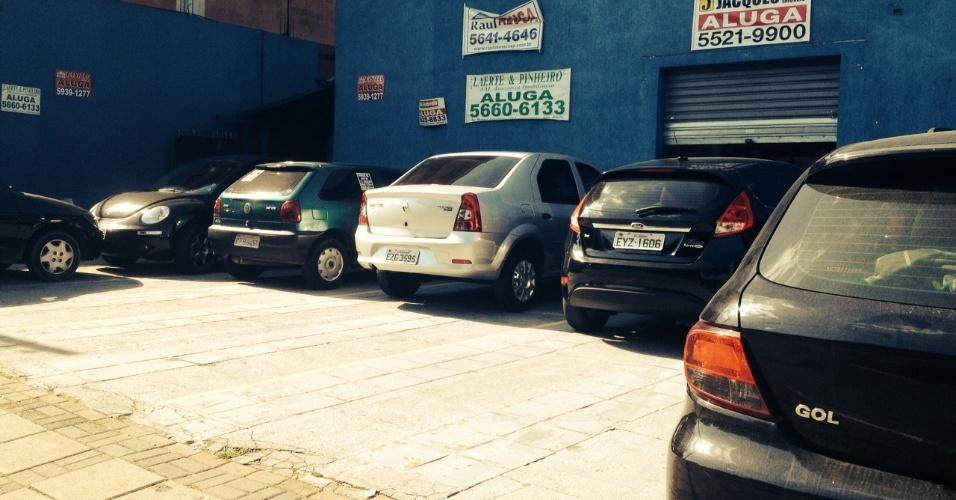 6.abr.2014 - Estacionamento é improvisado em rua próxima ao autódromo de Interlagos