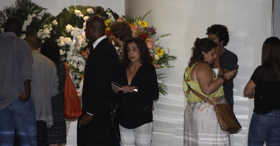 6.abril.2014 - Amigos e famosos acompanham a última homenagem a José Wilker no Cemitério Memorial do Carmo. O corpo do ator foi cremado na tarde deste domingo (6)