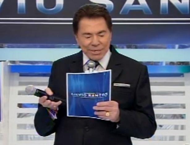 Silvio Santos apresenta programa com dente quebrado