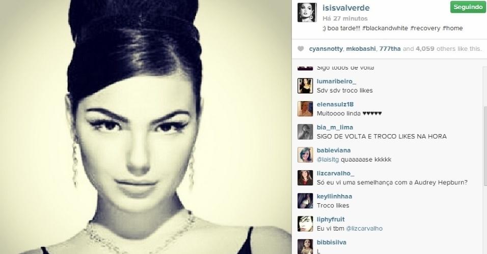 7.abr.2014 - Ísis Valverde postou foto em preto e branco no Instagram. Rapidamente, internautas compararam o clique da estrela global com a atriz Audrey Hepburn. A imagem de Ísis lembra a diva em uma cena do clássico