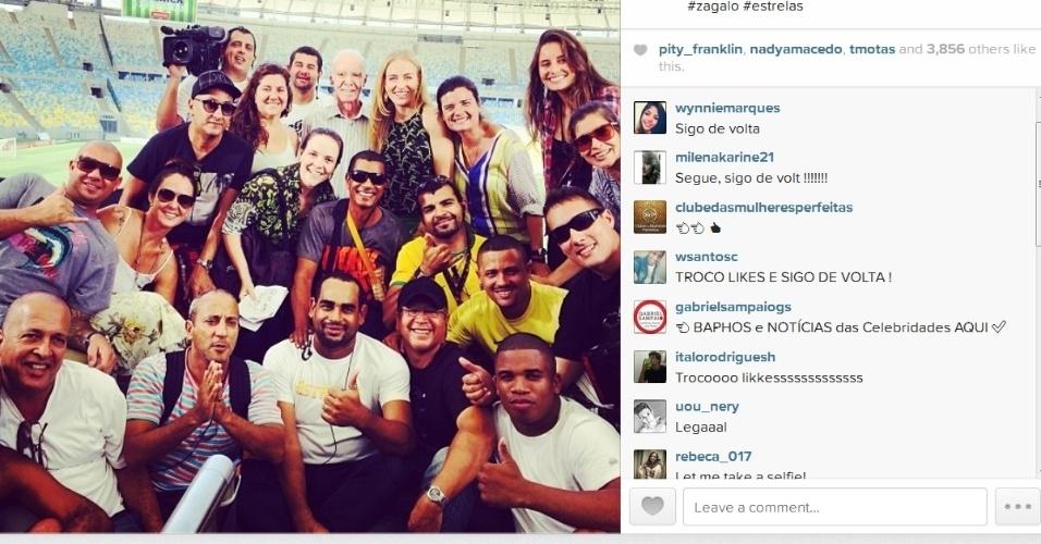 """08.abr.2014- Angélica posa com Zagallo e equipe do """"Estrelas"""" no Maracanã: """"Parte da nossa equipe 'estelar' hoje no Maraca...e com este técnico ganhamos na certa"""", escreveu a apresentadora no Instagram"""