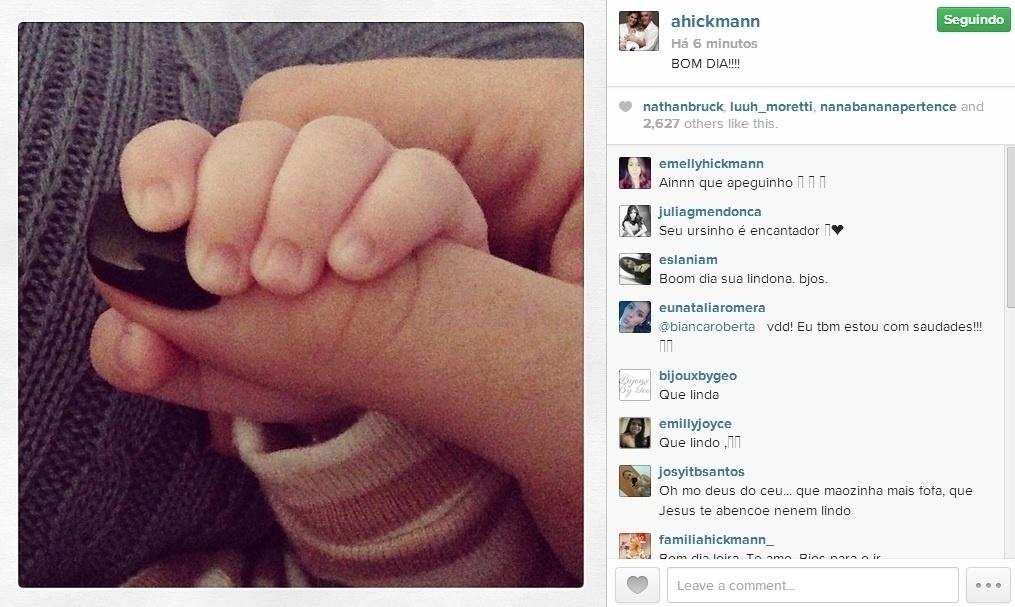 8.abr.2014 - Em seu Instagram, Ana Hickmann mostrou uma foto na qual aparece a mãozinha do filho segurando o seu dedo.