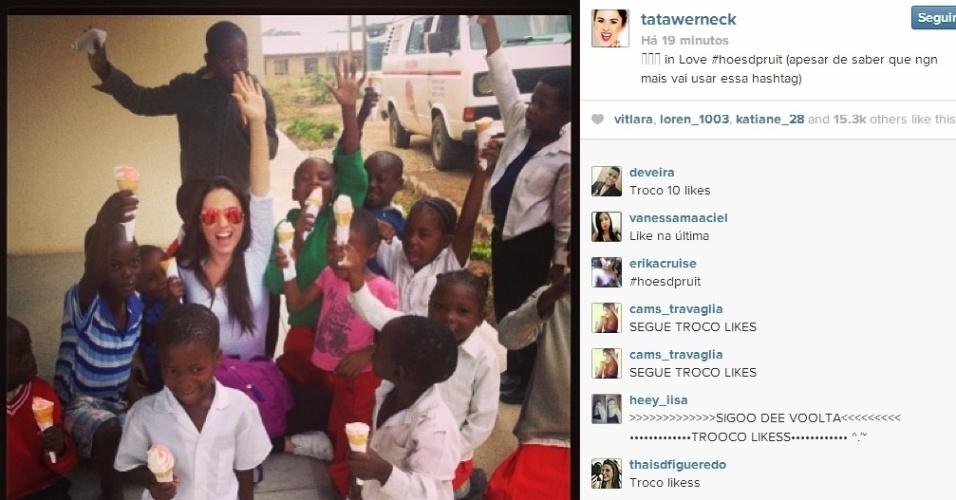 8.abr.2014 - Na África do Sul, Tatá Werneck faz visita a crianças orfãs. A atriz aproveitou o momento de descontração e tomou sorvete com os pequenos.