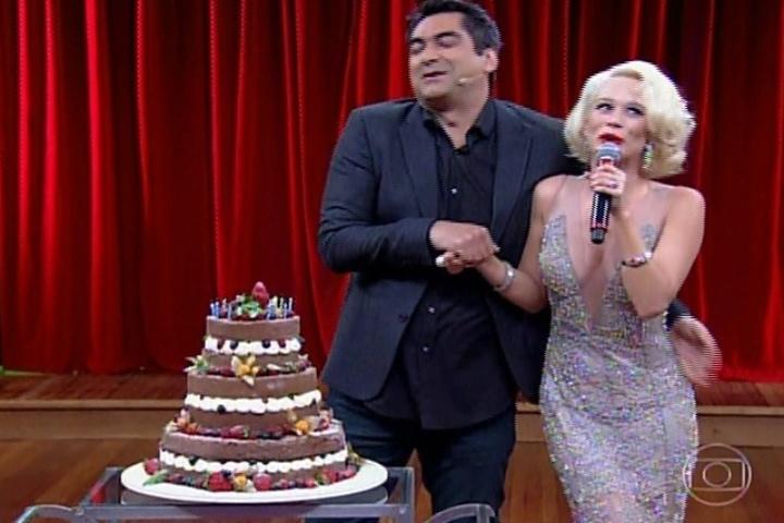 8.abr.2014 - Vestida como Marilyn Monroe, Mariana Ximenes parabeniza o apresentador Zeca Camargo no palco do