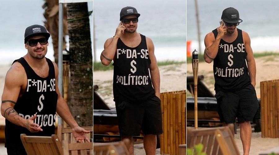 9.abr.2014 - O ex-BBB Yuri escolheu uma camiseta como forma de protestas contra os políticos. Em passeio pela praia da Barra da Tijuca, na zona oeste do Rio, o modelo e lutador exibiu a camiseta com a frase