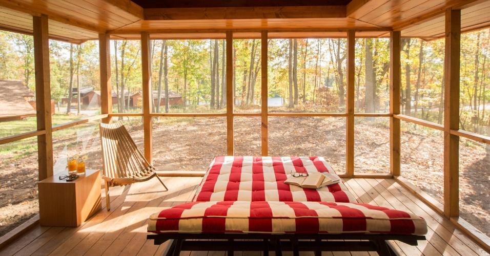 Com vista para o lago, a varanda é o principal cômodo da casa de campo