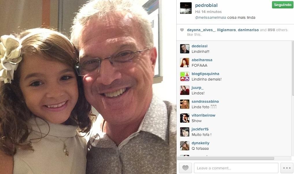 10.abr.2014 - Pedro Bial tietou a atriz Mel Maia, que protagonizou a recém-finalizada novela
