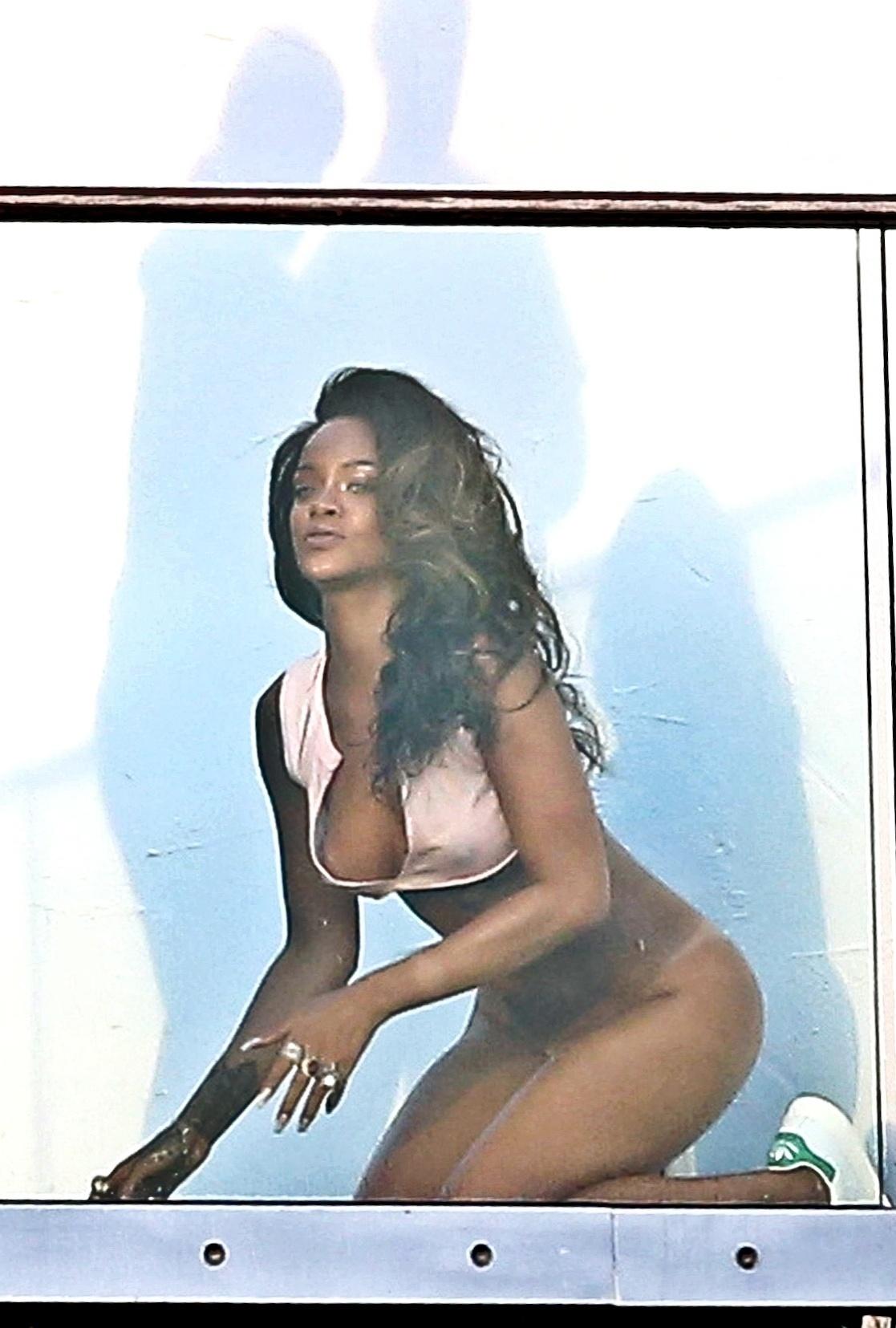 8.abr.2014 - Sem calcinha e com o bumbum à mostra, Rihanna posa para ensaio sensual. A cantora fez as fotos na sacada de um prédio em Hollywood, na Califórnia, e exibiu cabelos mais longos