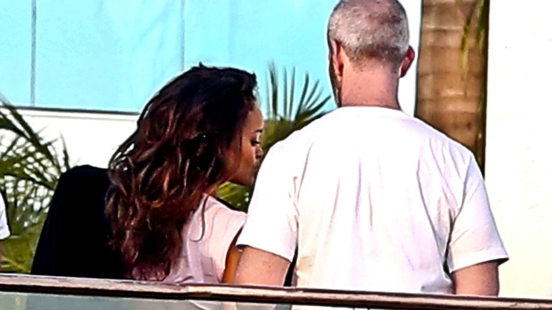 8.abr.2014 - Sem calcinha, Rihanna deixa o bumbum à mostra após fazer ensaio sensual em Hollywood, na Califórnia