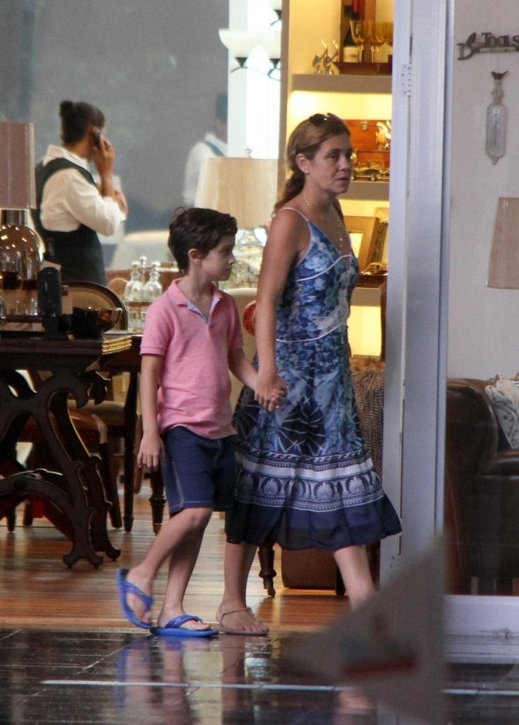 11.abr.2011 - Adriana Esteves é fotografada caminhando com o filho Vicente em um shopping do Rio de Janeiro. A atriz está fora das novelas desde que interpretou Carminha, de