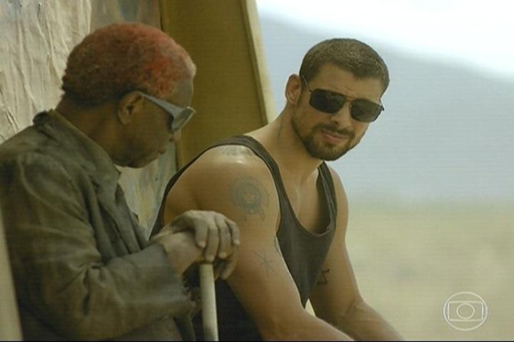 """11.abr.2014 - A minissérie """"O Caçador"""" começou com André deixando a cadeia e encontrando um senhor sentado no ponto de ônibus"""