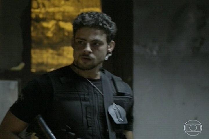 11.abr.2014 - André é policial civil e está prestes a invadir um cativeiro para soltar uma criança sequestrada, filho de um traficante