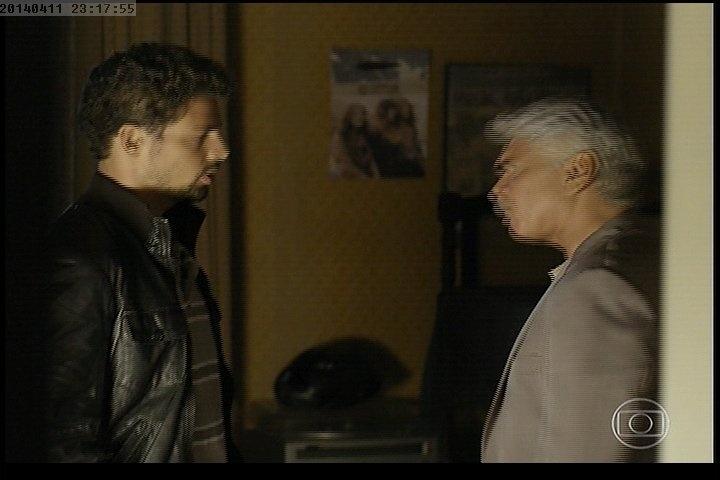 11.abr.2014 - Esta cena acontece três anos antes da primeira cena de André deixando a cadeira. Nela, ele conversa com seu pai Saulo