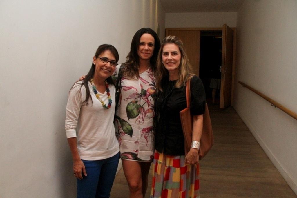11.abr.2014 - Maitê Proença recebe as atrizes Vanessa Gerbelli e Clarisse Derzié Luz em sua peça