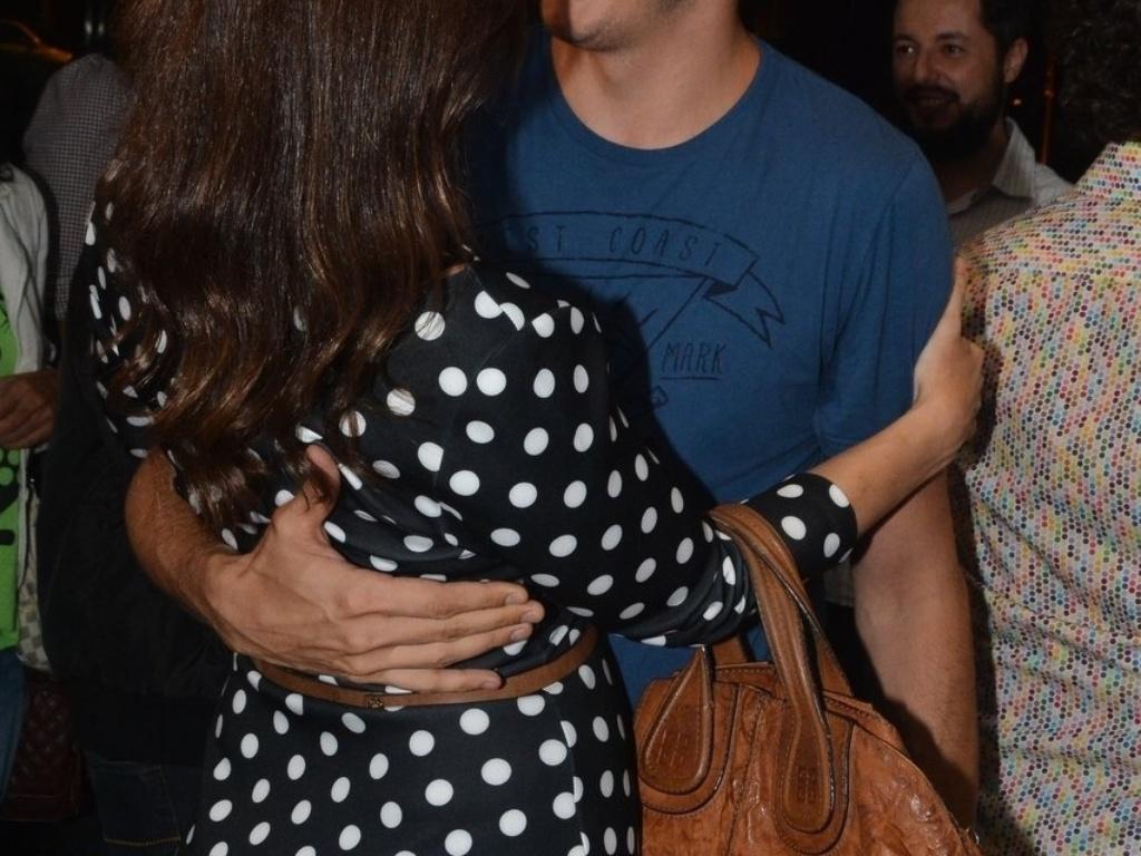 11.abr.2014 - Paula Braun e Mateus Solano trocam carinhos nos bastidores da estreia de
