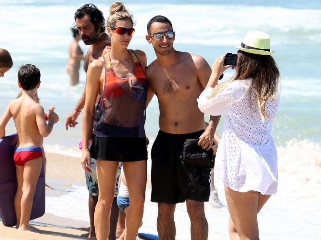 12.abr.2014 - Enquanto Rodrigo Hilbert joga vôlei, Fernanda Lima atende fãs e conversa com crianças na praia do Leblon