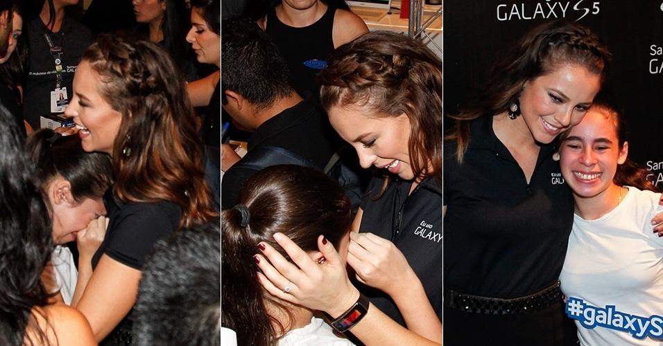 12.abr.2014 - Fã chora ao encontrar Paolla Oliveira em evento de uma marca de eletrônicos em um shopping de São Paulo. A atriz abraçou a menina e posou para fotos