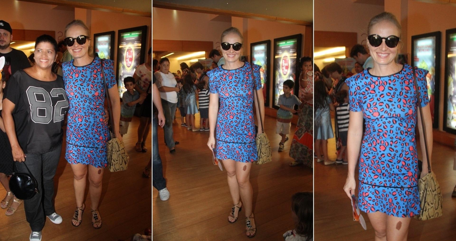 12.abril.2014 - De vestido curto, Angélica exibe sua famosa pinta na perna ao conferir peça no Rio. Na tarde deste sábado (12), a apresentadora levou a sua filha, Eva, para assistir o espetáculo infantil