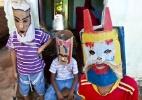Com m�scaras e chicotes, meninos pedem dinheiro na Semana Santa no interior do Cear�