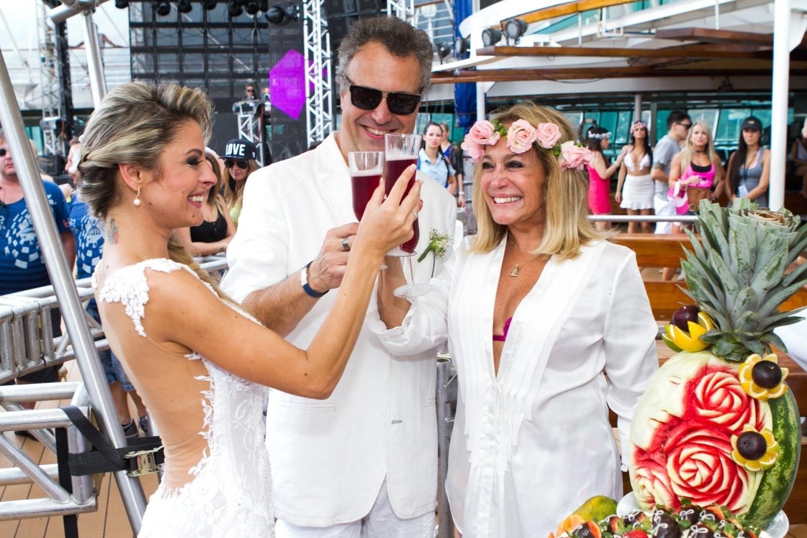 13.abr.2014 - O filho da atriz Susana Vieira, Rodrigo, se casou na tarde deste domingo com Ketryn Goetten a bordo de um cruzeiro de música eletrônica. Vestindo uma camisa branca aberta, um sutiã rosa e uma coroa de flores na cabeça, a atriz se emocionou durante a cerimônia e também fez o brinde com o casal