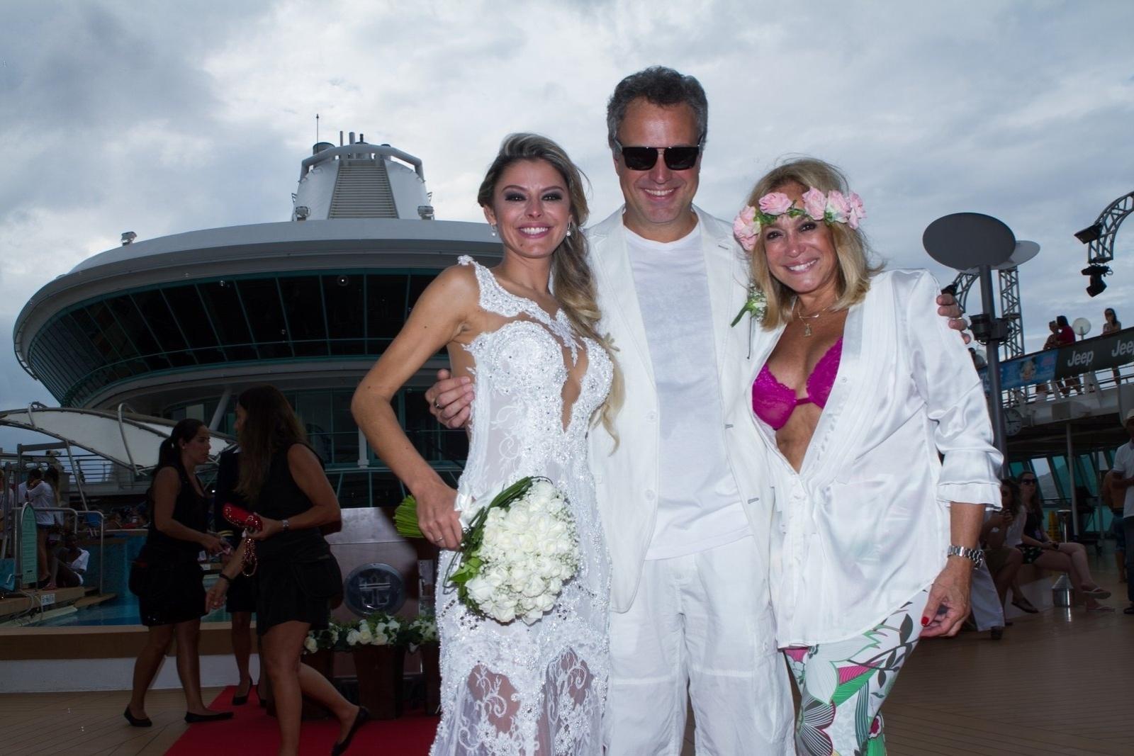 13.abr.2014 - Susana Vieira posa com o filho, Rodrigo, e a nora, Ketryn Goetten, após a cerimônia de casamento em um cruzeiro