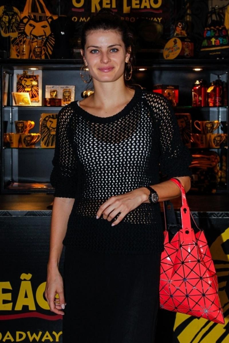 13.abr.2014 - Sem Di Ferrero e sem seus filhos, a modelo Isabeli Fontana assiste ao musical