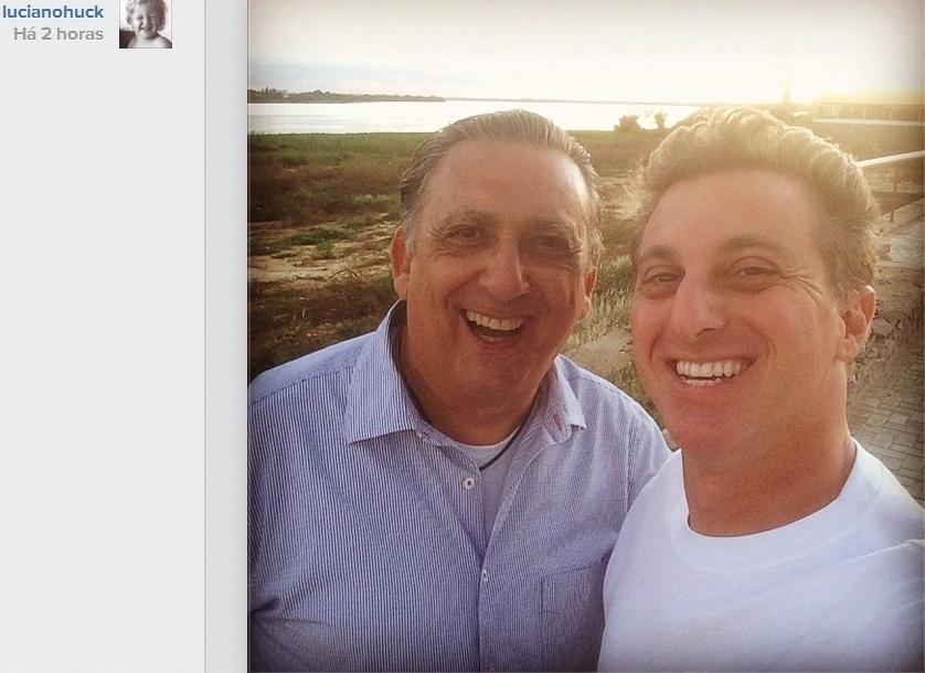 14.abr.2014- Luciano Huck faz selfie com Galvão Bueno: