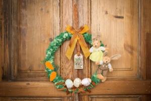 Com coelhinhos de pelúcia, faça uma guirlanda para decoração de Páscoa - Rodrigo Capote/UOL