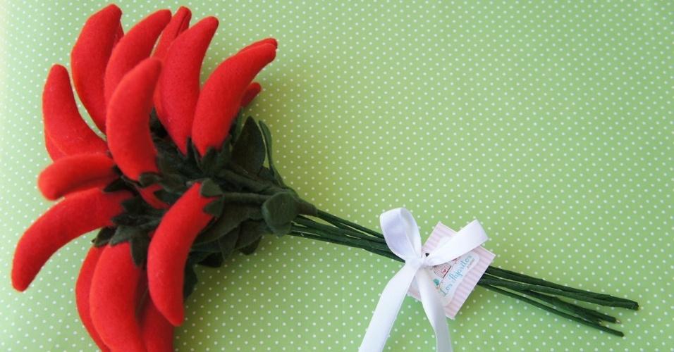 13 - Buquê de pimentas em feltro com detalhe de fitas de cetim. Da Los Pajaritos Atelier