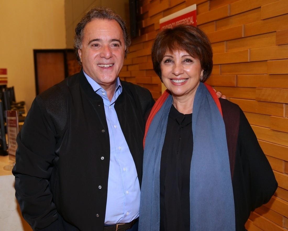 14.abr.2014 - Tony Ramos, junto da mulher, Lidiane Barbosa, recebe atores do elenco e amigos na pré-estreia do filme