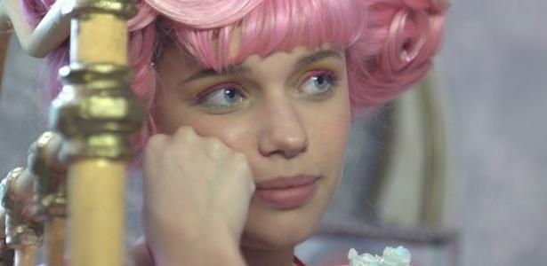 Juliana foge com medo de ser raptada por Zelão
