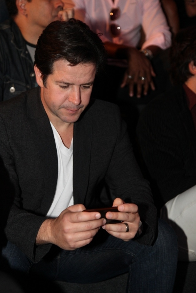 """15.abr.2014 - Murilo Benício mexe no celular durante apresentação da novela """"Geração Brasil"""". O ator interpretará o gênio da tecnologia Jonas Marra"""