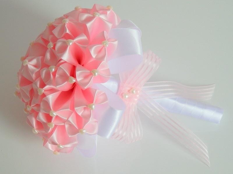 17 - Buquê em fitas de cetim e aplicações de pérolas em formato de coração. Da Dellabela Artes