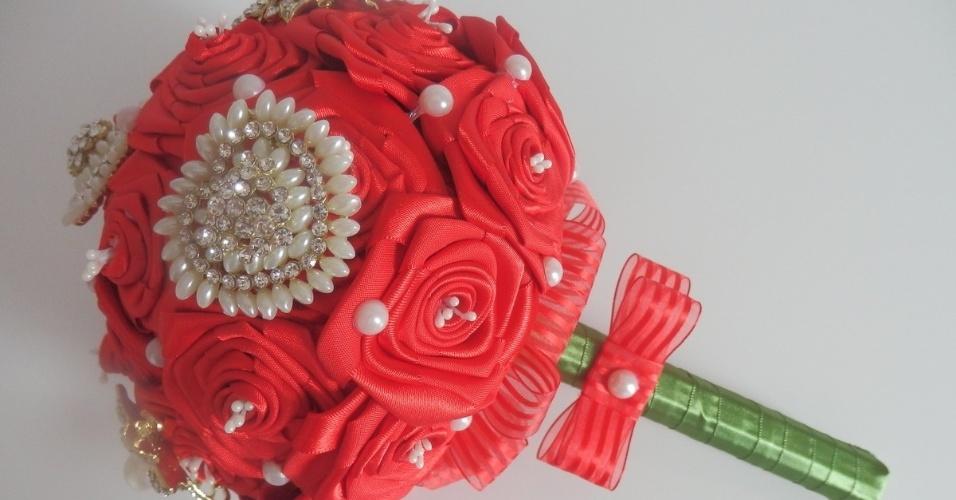 22 - Buquê de rosas em fitas de cetim e aplicações de broches com pérolas. Da Dellabela Artes (www.elo7.com.br/dellabelaartes). R$ 270. Disponibilidade e preço pesquisados em abril de 2014. Sujeitos a alterações