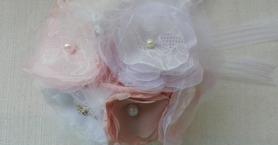23 - Buquê em flores de tecido, renda, tule, pérolas e broches. Da Dellabela Artes
