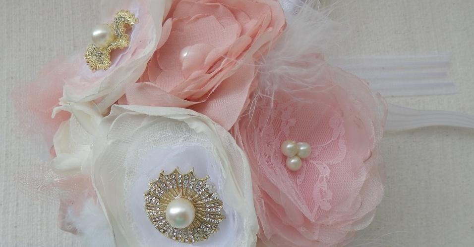 24 - Buquê em flores de tecido, renda, tule, pérolas e broches. Da Dellabela Artes