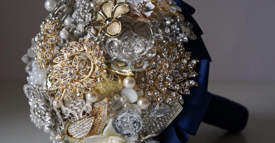 27 - Buquê de broches e pérolas com base em fita de gorgurão. Da Bouquet Boutique