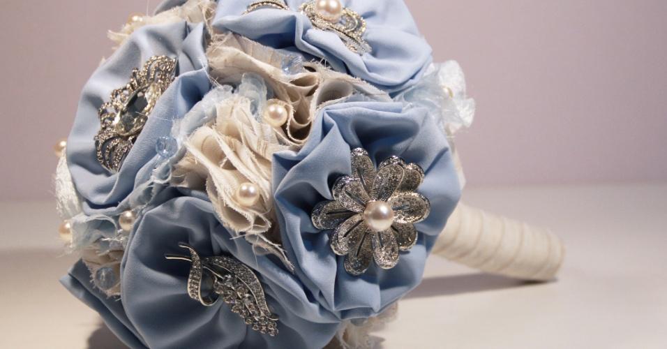 34 - Buquê de flores de tecido e broches com detalhes em tule e pérolas. Da Bouquet Boutique