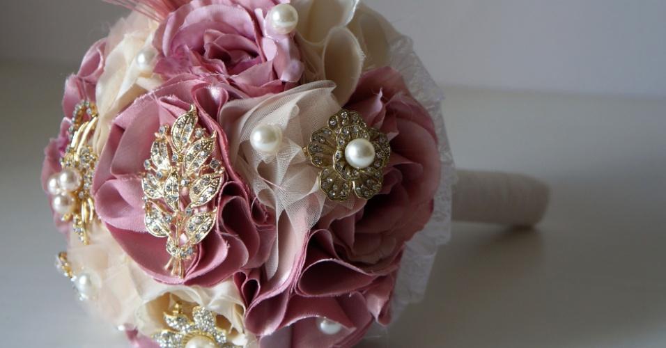 35 - Buquê de flores de tecido com broches, detalhes em tule e plumas com base em renda. Da Bouquet Boutique