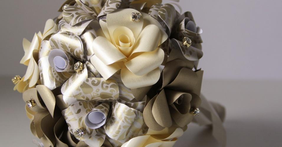 40 - Buquê de flores em papel com aplicações de pontos de luz. Da Bouquet Boutique