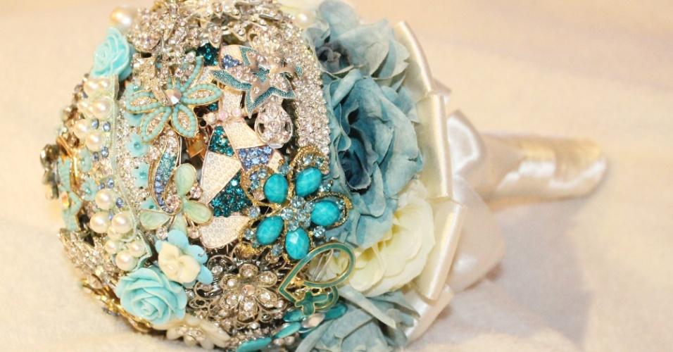 43 - Buquê de broches em tons de azul, aplicações de pérolas e detalhe de cetim na base. Da Buquê de Broches