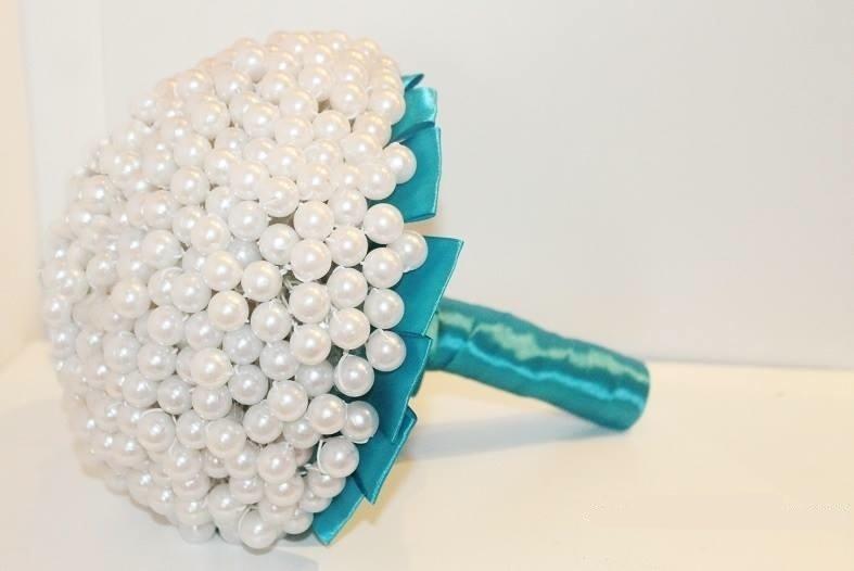 49 - Buquê de pérolas com base em fita de cetim azul. Da Buquê de Broches