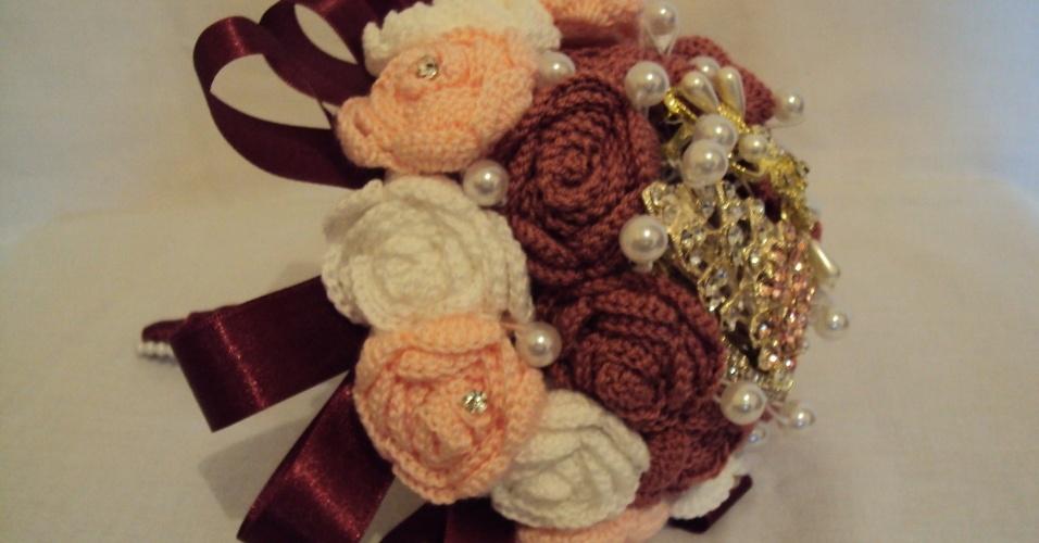 9 - Buquê de rosas em crochê com aplicações de pérolas e pontos de strass. Da Pitanga Brasil