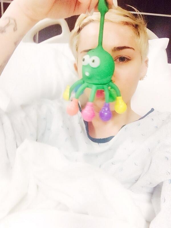 Miley Cyrus é hospitalizada por reação alérgica e mostra a foto em sua conta do Twitter, na noite desta terça-feira. A cantora cancelou um show que faria nos EUA