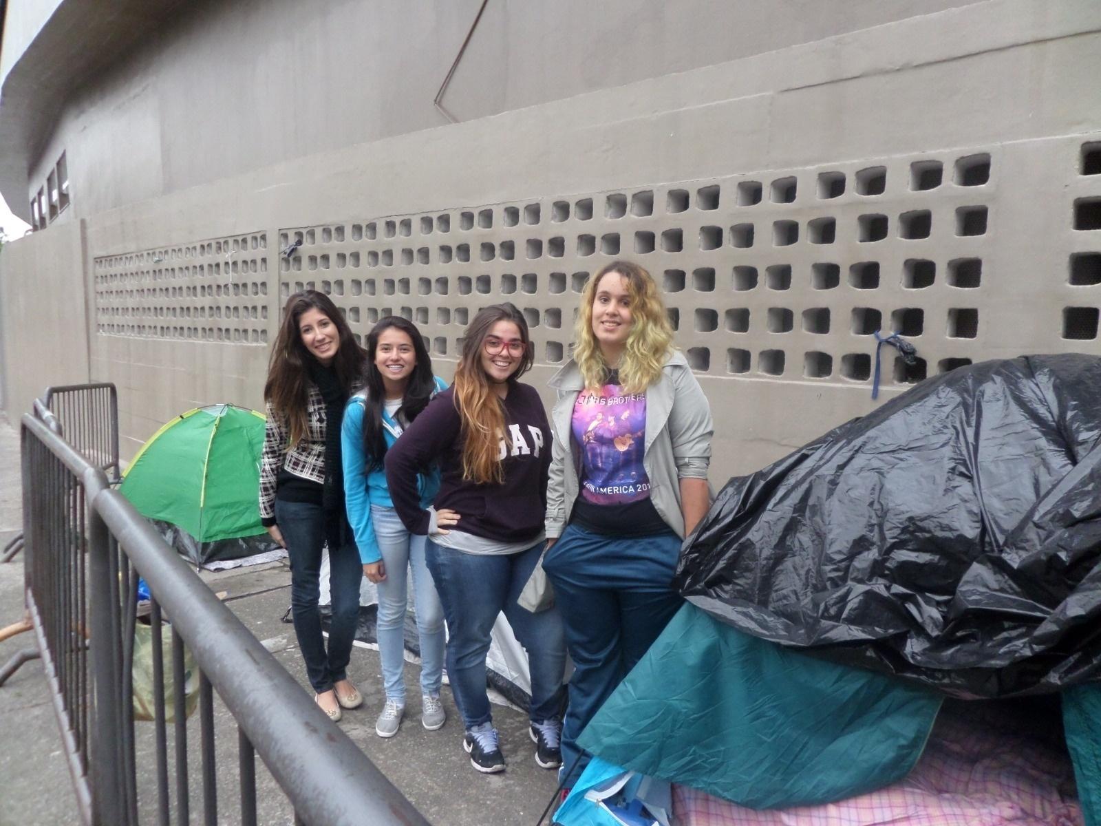 16.abr.2014 - A primeira da esquerda, Daniele Borges tem 19 anos e faz cursinho para medicina. Ela é fã do One Direction e se sente arrependida por estar na porta do Estádio do Morumbi.