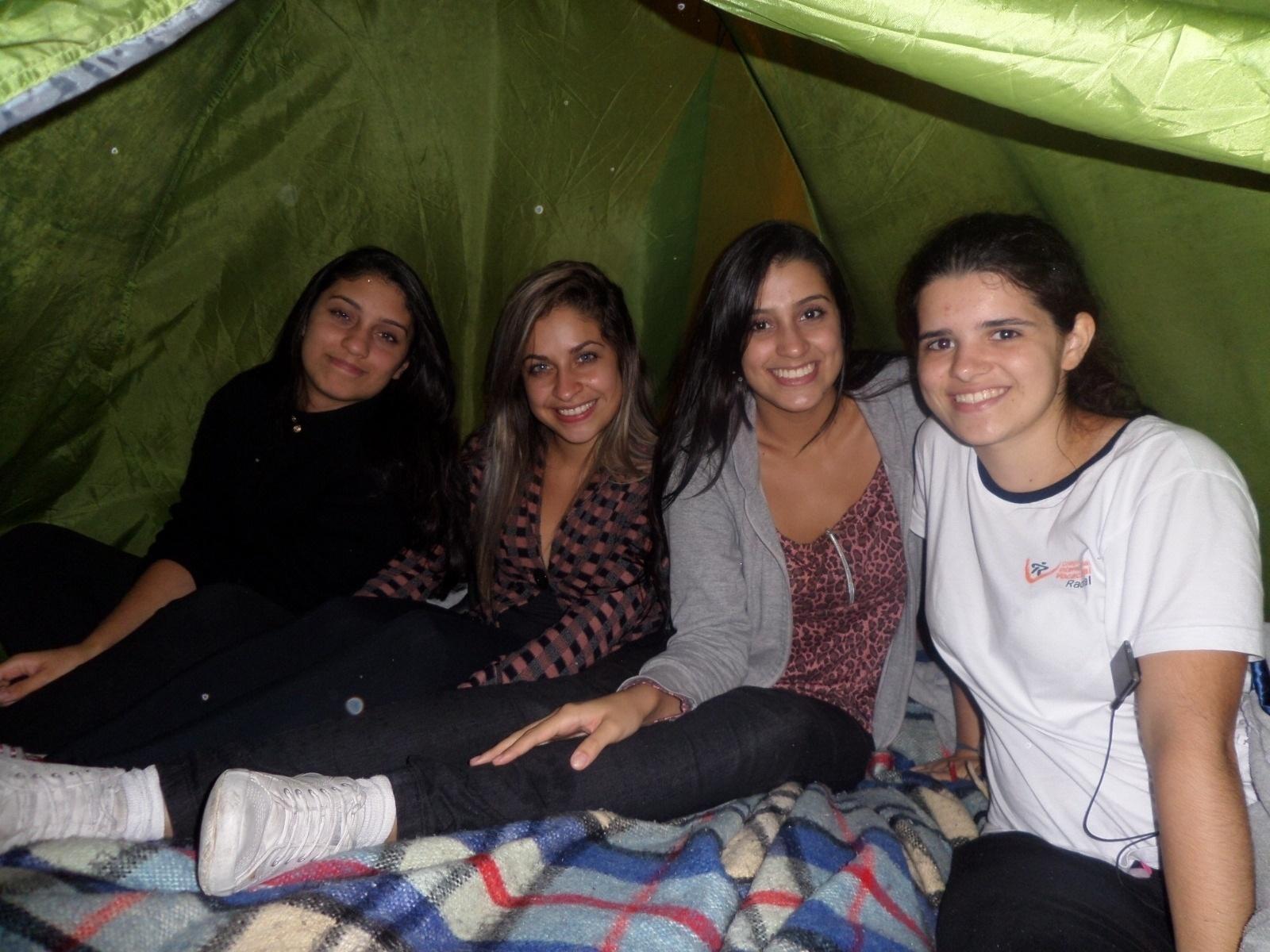 16.abr.2014 - As primas Lourraine, 17, Caroline, 19 e Bárbara Rodrigues, 14, são fãs de Avril Lavigne e dividem a barraca com a fã de Demi Lovato Beatriz Moreira, de 15 anos